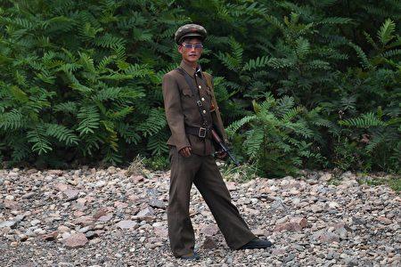 數位脫北者表示,讓被金氏政權洗腦的朝鮮人民獲得更多信息,了解外在世界的自由,由內部改變平壤當局,或為解決朝核危機的好方法。圖為朝鮮士兵。(GREG BAKER/AFP/Getty Images)