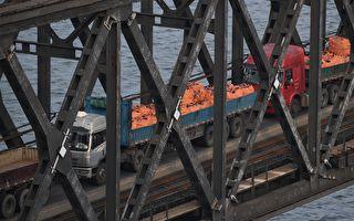 2017年9月4日,丹東的大卡車通過中朝邊境大橋從朝鮮開回中國。   (GREG BAKER/AFP/Getty Images)