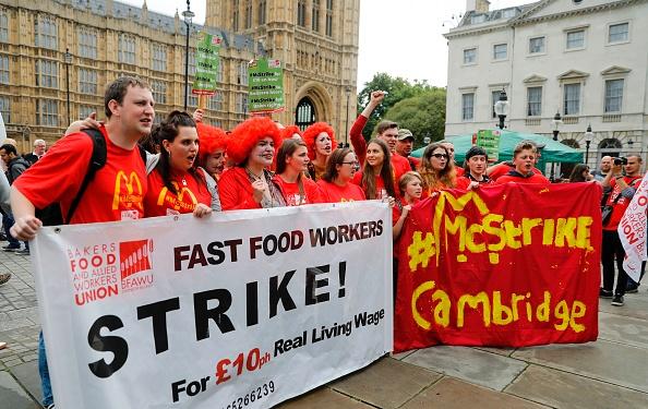 """麦当劳大叔:不给加工资,我们就罢工。""(TOLGA AKMEN/AFP/Getty Images)"