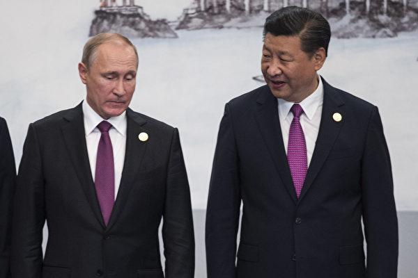9月4日,中国国家主席习近平(右)与俄罗斯总统普京(左)在金砖五国的经济峰会上合影。(FRED DUFOUR/AFP/Getty Images)
