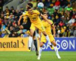 澳洲國家足球隊(昵稱「袋鼠隊」Socceroos)最擔心的事情—不得不通過參加附加賽來決定是否有資格進軍俄羅斯已成為定局。圖為「袋鼠隊」與勝泰國隊比賽。(Scott Barbour/Getty Images)