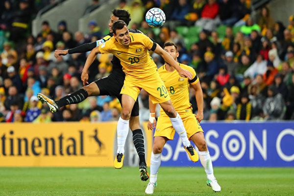 """澳洲国家足球队(昵称""""袋鼠队""""Socceroos)最担心的事情—不得不通过参加附加赛来决定是否有资格进军俄罗斯已成为定局。图为""""袋鼠队""""与胜泰国队比赛。(Scott Barbour/Getty Images)"""