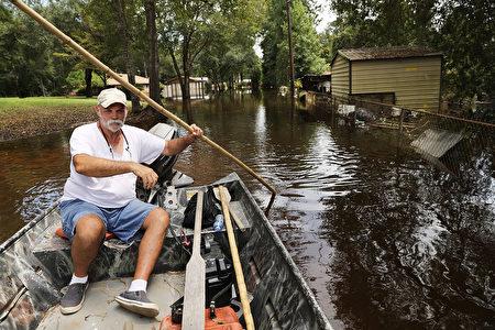 飓风哈维带来的强降雨导致休斯顿市区被淹水数日。图为当地居民在淹水的居民区划船出行。(Spencer Platt/Getty Images)