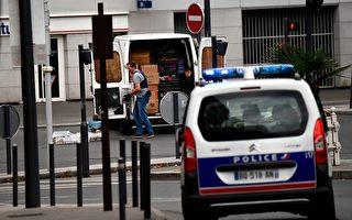 法國警方9月6日在巴黎南郊的維勒瑞夫市(Villejuif)一間公寓發現製造TATP炸藥的材料,並逮捕了包括房主在內的兩名嫌疑犯。轉天在兩人之一租用的一間位於蒂艾市(Thiais)的車庫裡又發現了炸藥原材料。圖為警方在維勒瑞夫市的公寓取證。(CHRISTOPHE SIMON/AFP/Getty Images)