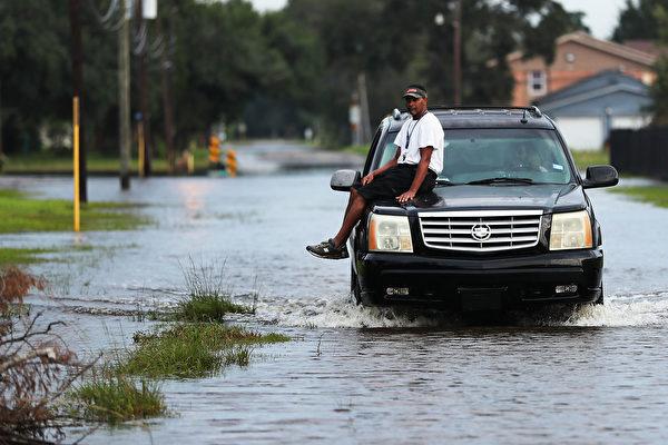 美国众议院周三(9月6日)以压倒性多数通过了78.5亿美元的哈维救灾方案。预计这将是德州和路易斯安纳获得的第一批资金。(Spencer Platt/Getty Images)