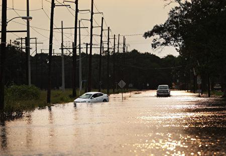 哈维飓风导致德州受灾严重,图为德州橙县被淹水的街道。(Spencer Platt/Getty Images)