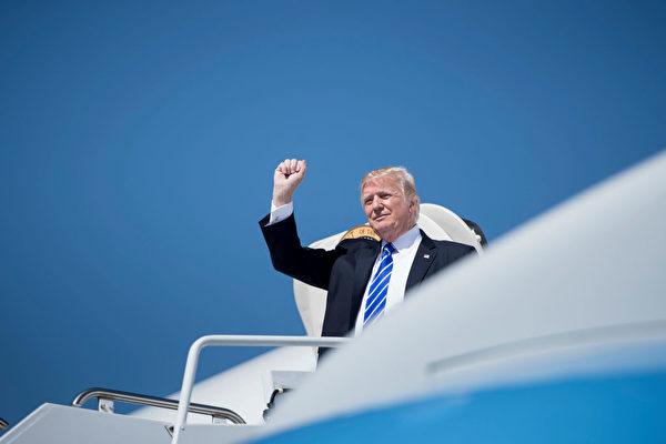 2017年9月6日,美国总统川普到达俾斯麦市政机场。(BRENDAN SMIALOWSKI/AFP/Getty Images)