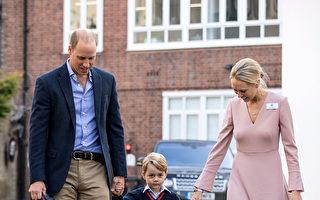威廉王子替乔治王子拿着书包,从车上下来后一起走人学校入口,在那里受到学校低年级主管海伦·哈斯勒姆女士的迎接与问候(Helen Haslem)( RICHARD POHLE/AFP/Getty Images)