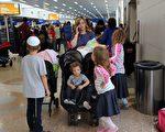 9月7日在羅德代爾堡國際機場,準備搭機離開佛州,躲避艾瑪颶風的居民和旅遊者。(MICHELE EVE SANDBERG/AFP/Getty Images)