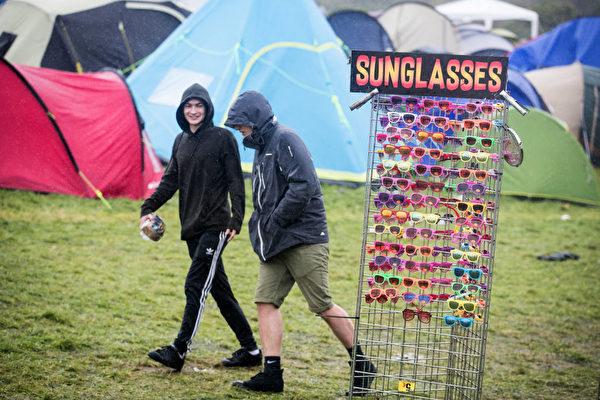 這樣的天氣,還需要太陽鏡嗎? 多塞特郡舉行的Boutique音樂節正趕上陰雨天氣。太陽鏡根本沒人買,難怪連賣太陽鏡的人都不見蹤影。(Matt Cardy/Getty Images)