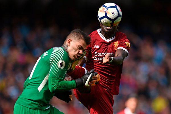 9月9日,英超曼城對陣利物浦的比賽異常慘烈。 利物浦隊中鋒馬內不小心造成對方守門員頭部受傷流血,因此被紅牌罰下。曼城門將埃德森因為臉部和頭部受傷而在賽場邊接受治療,然後被擔架抬下場。 此後,少了一人的利物浦接連失利,最終以0比5輸了這場比賽。這也是利物浦教練執教以來輸得最慘的一次。 (OLI SCARFF/Getty Images)