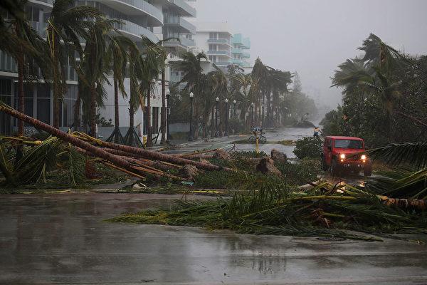 艾瑪颶風帶來狂風暴雨,正在襲擊佛羅里達州。(Joe Raedle/Getty Images)