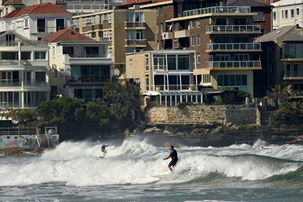 今年9月13日,悉尼出現了159年來最早到來的的高溫天氣,氣溫達到33攝氏度。(PETER PARKS/AFP/Getty Images)