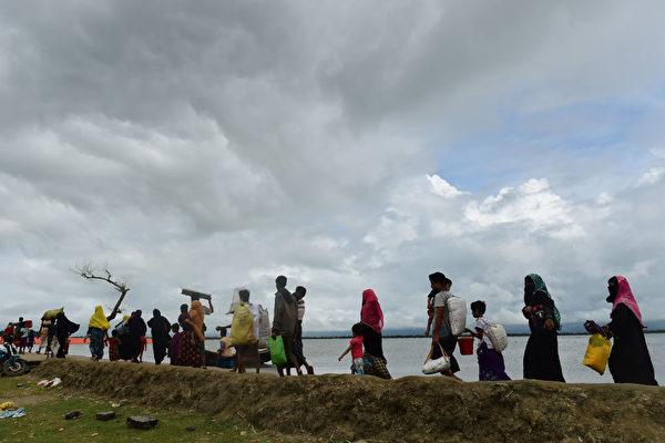 9月12日,逃離緬甸,湧向孟加拉的羅興亞人。(MUNIR UZ ZAMAN/AFP/Getty Images)