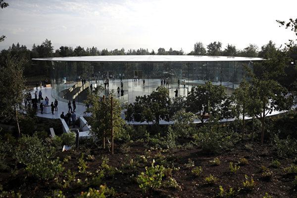在iPhone问世十周年之际,苹果公司在其新园区Apple Park举行新品发布会,推出备受瞩目的十年特别款iPhone X。 (Justin Sullivan/Getty Images)