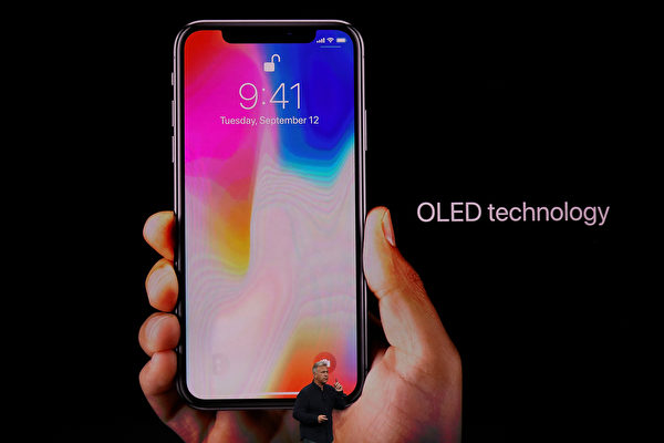 "iPhone X:5.8英寸""超级视网膜""显示屏,OLED屏幕。(Justin Sullivan/Getty Images)"