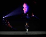 """9月12日,苹果的全球市场资深副总裁席勒(Phillip Schiller)在主题发布会上也表示:""""通过iPhone X,你需要看着这部手机,它就会自动识别你并迅速解锁。(JOSH EDELSON/AFP/Getty Images)"""