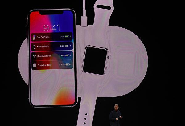 最引人注目的區別是,新的三款iPhone手機背面採用玻璃而不是金屬製成,可以支持無線充電。 (Justin Sullivan/Getty Images)
