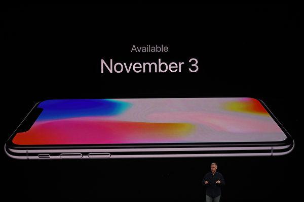 週二(9月12日),蘋果公司在加州庫比蒂諾新園區的史蒂夫•喬布斯劇院(Steve Jobs Theatre)舉行新品發布會,發布iPhone 8系列和iPhone問世十周年紀念機iPhone X。圖為iPhone X。(Justin Sullivan/Getty Images)