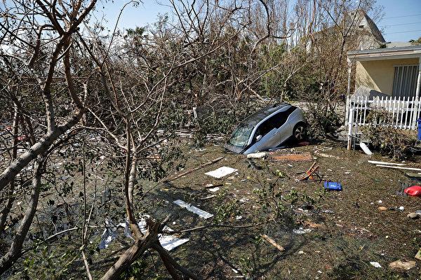 安省政府向加拿大红十字会捐款15万加元,帮助受艾玛飓风影响的加勒比海地区民众。图为9月12日艾玛飓风经过后的佛州马拉松。(Chip Somodevilla/Getty Images)