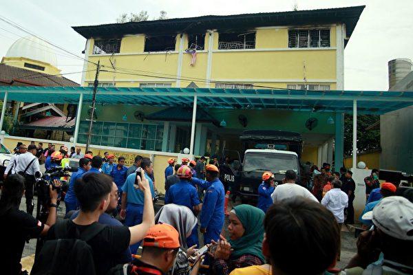 马来西亚吉隆坡一所宗教寄宿学校14日早上发生大火,至少24人葬身火海,其中大部分是学生,他们因受困于火场内惨遭烧死。吉隆坡官员表示,这是马来西亚20年来最严重的火灾之一。 (SADIQ ASYRAF/AFP/Getty Images)
