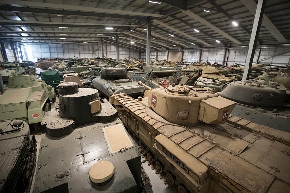 """""""历史、战争、铁罐头""""多塞特郡Bovington的坦克博物馆展出了世界上唯一一辆还能运作的虎式坦克。在1943年突尼斯激烈的沙漠战斗中,盟军完好无损的捕获了这辆坦克——这可是大事件——乐的总理温斯顿•丘吉尔和乔治六世国王立刻跑去北非跟它合影。(Matt Cardy/Getty Images)"""