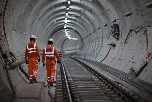 """""""路漫漫其修远兮~啥时才能走到头啊?""""2017年9月14日,伦敦大型基础建设项目Crossrail的伊丽莎白线竣工,工程师们在检查完成的轨道。(John Phillips/Getty Images)"""