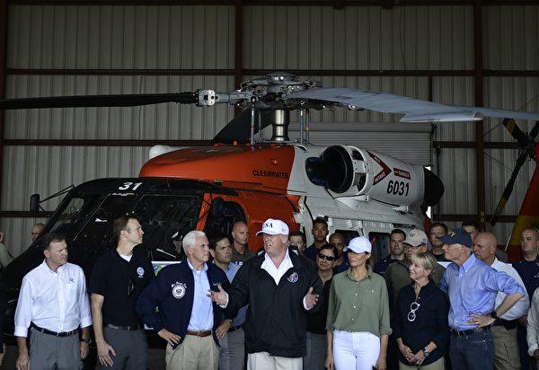 川普星期四抵达佛州机场后发表简短谈话。(BRENDAN SMIALOWSKI/AFP/Getty Images)