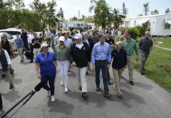 川普星期四赴佛州视察艾玛飓风灾情。(BRENDAN SMIALOWSKI/AFP/Getty Images)