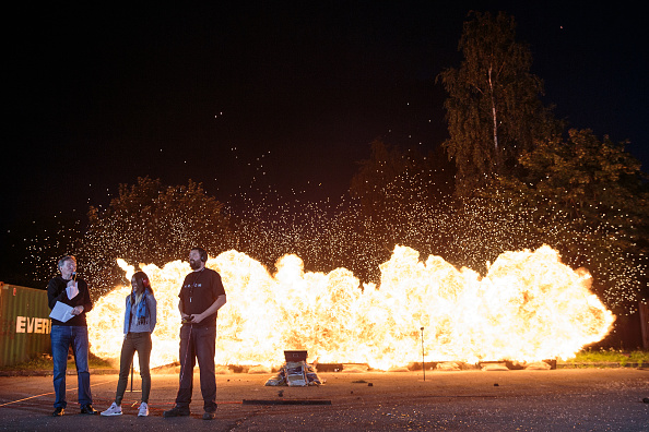 """""""不要担心!这不是真的爆炸""""Greenford的Artem特效工作室展示火墙爆炸。Artem已经为电影和电视行业提供了近30年的道具、套装和特效,包括烟火,假肢和动画。(Jack Taylor/Getty Images)"""