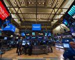 上周五,美国三大主要指数均创新记录高点。道琼斯指数蓝筹股板块上周累计涨幅达2.2%,创去年12月9日当周以来的最佳周度表现。(BRYAN R. SMITH/AFP/Getty Images)