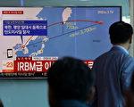 为切断朝鲜发展核武的金流,美国总统川普(特朗普)星期四签署行政令,加大制裁和朝鲜有生意往来的个人及实体,财长姆钦警告外国金融勿脚踩两只船。星期五,朝鲜独裁者金正恩罕见通过国营媒体回应。(Chung Sung-Jun/Getty Images)