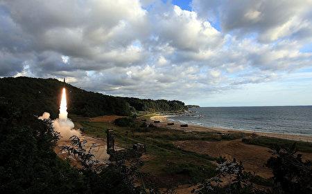 專家認為,真正具殺傷力的制裁,是切斷中共及俄羅斯供應朝鮮強勁火箭燃枓的途徑。然而,現在恐為時已晚,美國情報顯示,朝鮮或已具備自製這種燃料的能力。(South Korean Defense Ministry via Getty Images)