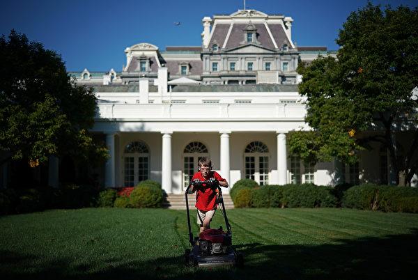 2017年9月15日上午,11岁的维吉尼亚州男孩弗兰克推著自己的割草机在白宫的玫瑰花园修剪草坪。(Win McNamee/Getty Images)