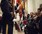 9月15日,美国移民局在国家档案馆举行新移民入籍仪式。(Nicholas Kamm/AFP/Getty Images)