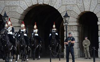 恐怖袭击过后,9月16日,英国皇家骑兵队离开皇家骑兵阅兵场,旁边是全副武装的伦敦警察。(CHRIS J RATCLIFFE/AFP/Getty Images)