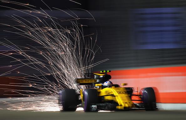 速度与激情。英国车手帕尔默(Jolyon Palmer)在一级方程式比赛中驾驶雷诺跑车,从赛道上冲过,轮胎与路面摩擦,火星四溅。(Clive Mason/Getty Images)