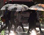 威力強大的颱風泰利17日侵襲日本南部,日本氣象廳呼籲日本氣象廳呼籲民眾警戒河川水位暴漲等可能的災情,並盡速至安全地區避難。圖為9月17日的東京街頭。(KAZUHIRO NOGI/AFP/Getty Images)