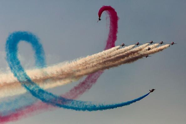 """""""天空是我的画卷~""""来自英国的""""红箭""""飞行特技队在一年一度的航展""""雅典飞行周""""期间演出。(ANGELOS TZORTZINIS/AFP/Getty Images)"""