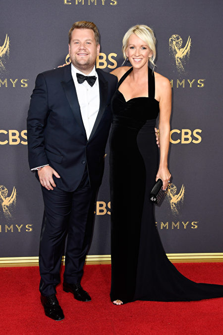 詹姆斯‧柯登携妻子朱丽亚‧卡蕾走红毯。(Frazer Harrison/Getty Images)