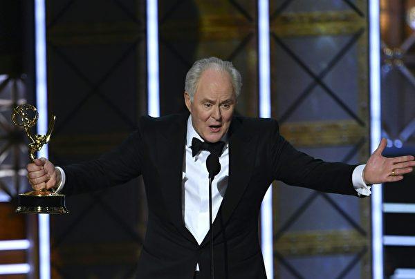 在《王冠》(The Crown)中扮演丘吉尔首相的老戏骨约翰·李斯高(John Lithgow)获得剧情类最佳男配角。(FREDERIC J. BROWN/AFP/Getty Images)