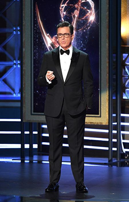 美国著名脱口秀主持人史蒂芬·科尔伯特(Stephen Colbert,扣扣熊)主持第69届艾美奖颁奖礼。(Kevin Winter/Getty Images)