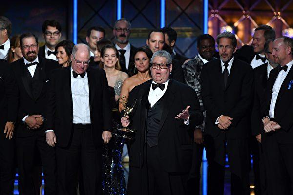 《副总统》(Veep) 赢得最佳喜剧剧集奖,图为该片执行制片人David Mandel和剧组人员上台领奖。(FREDERIC J. BROWN/AFP/Getty Images)