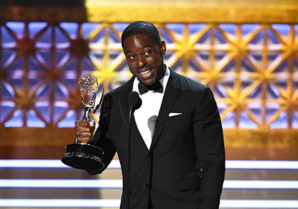 《我们这一天》(This Is Us)斯特林‧K‧布朗(Sterling K. Brown)摘得最佳男主角奖。(Kevin Winter/Getty Images)