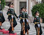 9月19日,中共武警在天安門附近巡邏。(FRED DUFOUR/AFP/Getty Images)