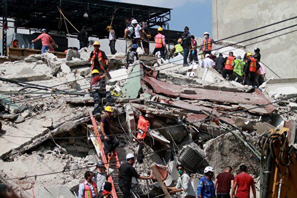 9月19日墨西哥城發生7.1級地震。圖為當地救援人員和志願者正在現場施救。  (VICTOR CRUZ/AFP/Getty Images)
