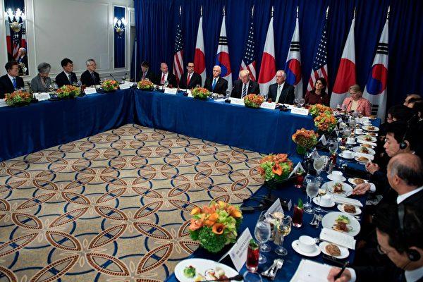 週四(9月21日)美國總統川普(特朗普)率政府高官與美韓領導人共進午餐。(BRENDAN SMIALOWSKI/AFP/Getty Images)