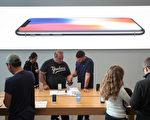 周五(9月22日),世界各地的一些果粉聚集在当地苹果店门内外,等待购买新版手机iPhone 8。图为纽约以苹果店。(Drew Angerer/Getty Images)