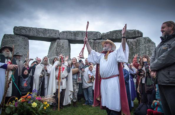 9月23日,数百人聚集在威尔特郡的巨石阵,举行秋分日仪式。(Matt Cardy/Getty Images)