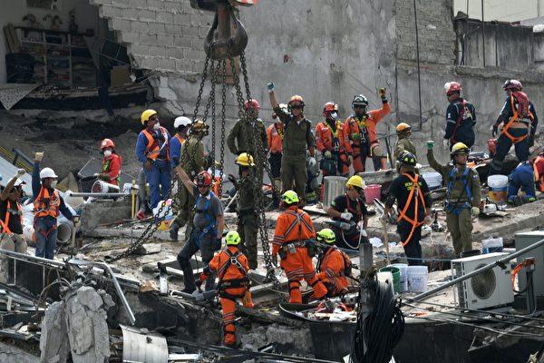 9月23日,墨西哥救援人員仍在搶救地震遇難者。(PEDRO PARDO/AFP/Getty Images)